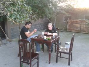 Meine Kollegen und ich beim Kartenspielen nachdem wir morgens beim Angeln waren und den Fisch dann direkt zu Mittag gegessen haben =)