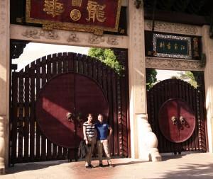 Mein deutscher Kollege und ich in Shanghai vor dem dortigen buddistischen Tempel